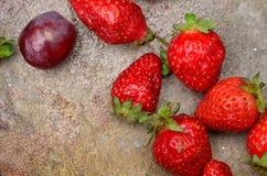 Erdbeeren und Traubenbeerennahaufnahme Lizenzfreie Stockfotos