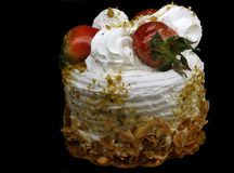 Erdbeeren und Vanille-Sahnegeburtstag-Kuchen Imagen de archivo libre de regalías