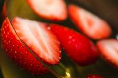 Erdbeeren und Wein-Nahaufnahmewinkel Stockfotos