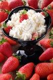 Erdbeeren Whitsahne stockfotos