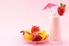 Erdbeereproteincocktail und -früchte lizenzfreie stockfotografie