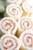 Erdbeererouladekuchen lizenzfreies stockbild