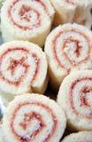 Erdbeererouladekuchen stockfotos