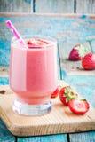 Erdbeeresmoothie in einem Glas mit einem Stroh Lizenzfreie Stockfotos