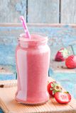 Erdbeeresmoothie in einem Glas mit einem Stroh Stockfoto