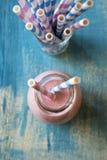 Erdbeeresmoothie mit Papierstrohen Stockfoto