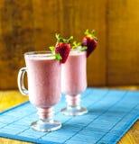 Erdbeeresmoothies lizenzfreie stockfotos