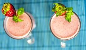 Erdbeeresmoothies von oben stockfotografie
