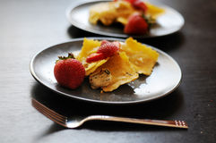 Erdbeeressig auf Ravioliteigwarenteller Stockfotografie