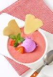 Erdbeeresuppe mit Eiscreme lizenzfreie stockbilder