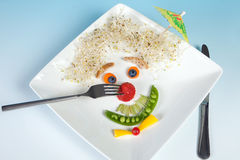 Erdbeerewekzeugspritze auf Nahrungsmittelgesicht Stockfotografie