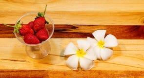 Erdbeerfrische Beeren im Glas Mit schönen Blumen Lizenzfreie Stockbilder