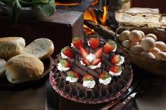 Erdbeergeburtstagskuchen mit Schlagsahne stockbild