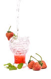 Erdbeeritalienisches Soda auf weißem Hintergrund Stockfoto