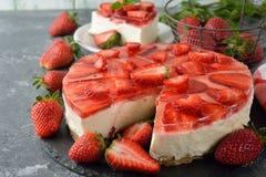 Erdbeerkäsekuchen mit Gelee stockfoto