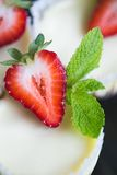 Erdbeerkäsekuchen und frische Beeren Lizenzfreie Stockbilder