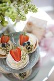 Erdbeerkleiner kuchen lizenzfreie stockbilder