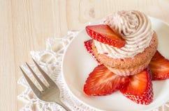 Erdbeerkleiner kuchen mit der Buttercreme verziert mit Scheiben von frischen Erdbeeren Lizenzfreies Stockfoto