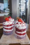 Erdbeerkleinigkeit im Glas mit frischer Erdbeere auf die Oberseite stockbild