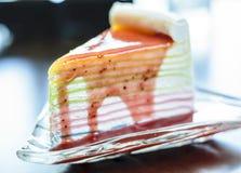 Erdbeerkreppkuchen auf Glasteller Stockfotografie