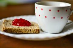 Erdbeermarmelade auf Brot Stockfoto