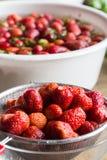 Erdbeermarmelade, die Abfluss nach der Wäsche kocht Lizenzfreie Stockfotografie