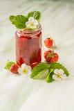 Erdbeermarmelade in einem Glas Stockbilder