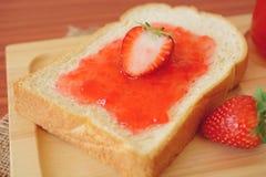 Erdbeermarmelade mit Brot Lizenzfreie Stockfotos