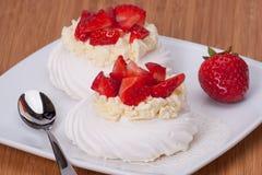 Erdbeermeringe-Nachtisch Pavlova Stockfotos