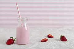 Erdbeermilch in der Retro- Flasche mit Textraum Lizenzfreies Stockfoto