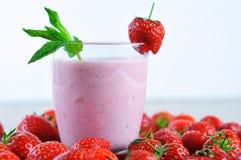 Erdbeermilchshakenahaufnahme und weißer Hintergrund Stockfotos