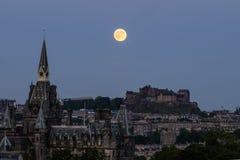 Erdbeermond über Edinburgh-Schloss Stockfotos