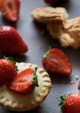 Erdbeermuffin-Kuchenbacken, das köstlichen Makroabschluß herauf Beerenrot kocht stockfotos