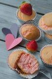 Erdbeermuffins Stockfotos
