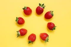Erdbeermuster auf gelbem Hintergrund Stockfoto