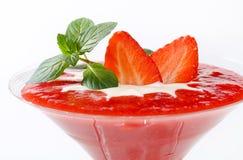 Erdbeerpüree mit Creme lizenzfreie stockfotos