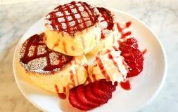 Erdbeerpfannkuchen mit Sahne Stockbild