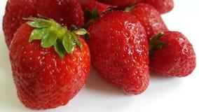 Erdbeerreife Wasserspray-Erfrischungsfallnatur stock video