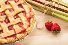 Erdbeerrhabarber-Torte Stockfotos