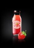 Erdbeersaft in einer Glasflasche für Designanzeigen- und -weinleselogo, Frucht, transparent, Vektor Lizenzfreies Stockbild