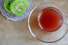 Erdbeersaft und Kuchen-Rolle stockfotos