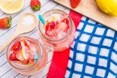 Erdbeersaft- und -zitronensodasaft mischte mit Soda Addieren Sie Flavo Lizenzfreie Stockbilder