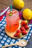 Erdbeersaft- und -zitronensodasaft mischte mit Soda Addieren Sie Flavo Stockfoto