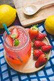 Erdbeersaft- und -zitronensodasaft mischte mit Soda Addieren Sie Flavo Lizenzfreie Stockfotografie