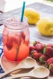 Erdbeersaft- und -zitronensodasaft mischte mit Soda Addieren Sie Flavo Lizenzfreies Stockfoto