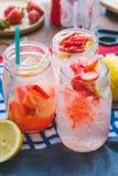 Erdbeersaft- und -zitronensodasaft mischte mit Soda Addieren Sie Flavo Lizenzfreie Stockfotos