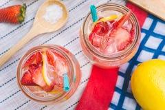 Erdbeersaft- und -zitronensodasaft mischte mit Soda Addieren Sie Flavo Stockfotos