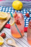 Erdbeersaft- und -zitronensodasaft mischte mit Soda Addieren Sie Flavo Stockfotografie