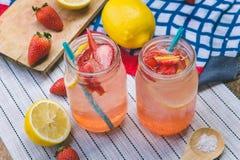 Erdbeersaft- und -zitronensodasaft mischte mit Soda Addieren Sie Flavo Stockbilder