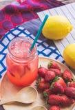 Erdbeersaft- und -zitronensodasaft mischte mit Soda Addieren Sie Flavo Stockbild